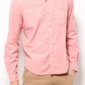 薄ピンク色のオックスフォードシャツで男性もファッションにピンクを